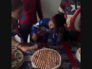 Мальчики задувают свечи на торте. Мужчины же сразу переходят к делу