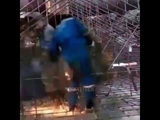 На этом видео мы увидели уникальные кадры как пердят сварщики