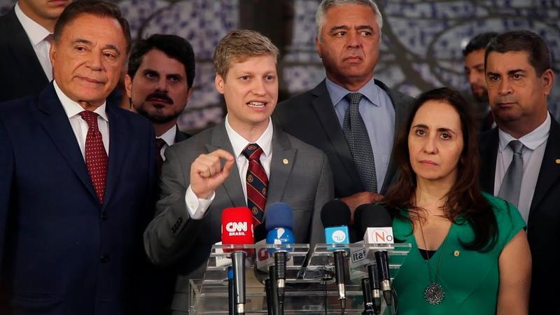 ENTREGA AO PRESIDENTE ABAIXO-ASSINADO PELA RETIRADA DO PLN 4