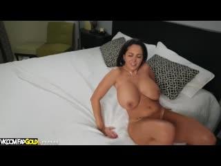 Пацан выебал оттрахал отодрал маму Ava Addams с огромные сиськи грудь буфера и дочь Gianna Dior порно секс парень большие дойки