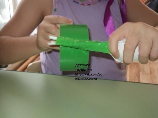 ТЮЛЬПАНЫ ИЗ ПЛАСТИКОВЫХ ЛОЖЕК Нам нужно:1. Ложки пластмассовые 3 шт. (лучше чайные) ;2. Скотч (у меня был зеленоватого цвета) ;3. Гофрированная бумага (зеленоватого цвета) ;4. Краска акриловая