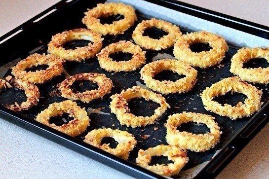 Луковые кольца Ингредиенты:- 135 гр муки- соль - перец черный молотый - перец чили молотый - 250 мл йогурта- 2 яйца- 3 луковицы - 20 мл растительного масла- 100 гр картофельных чипсов
