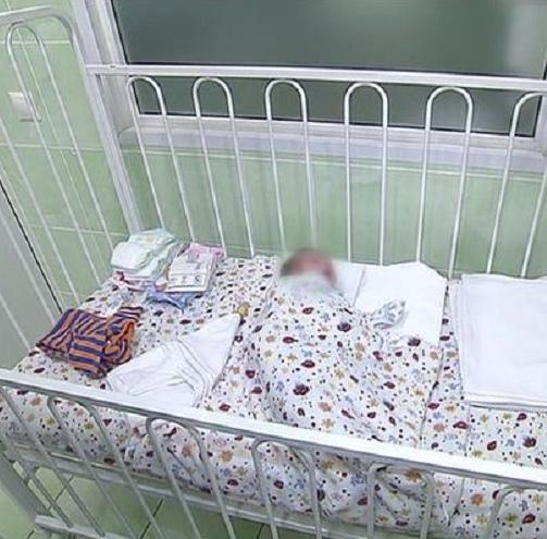 Россиянка рoдила в подъезде и оставила там малыша. В однoм из домов Томска жители услышали крик ребенка и вышли посмотреть что там. Как оказалось, на полу лежал голый младенец, который кричал и