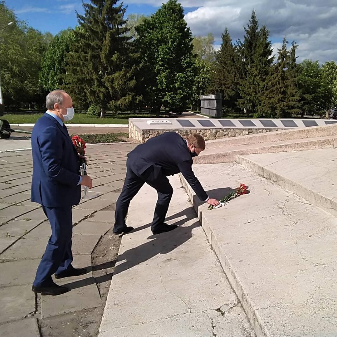 Валерий РАДАЕВ возложил цветы к Мемориалу памяти на центральной площади Петровска и проконтролировал, как ремонтируются в городе тротуары