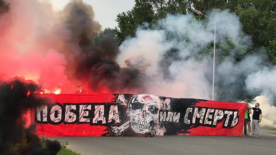 Болельщики московского Спартака провожают команду на выезд в Тулу
