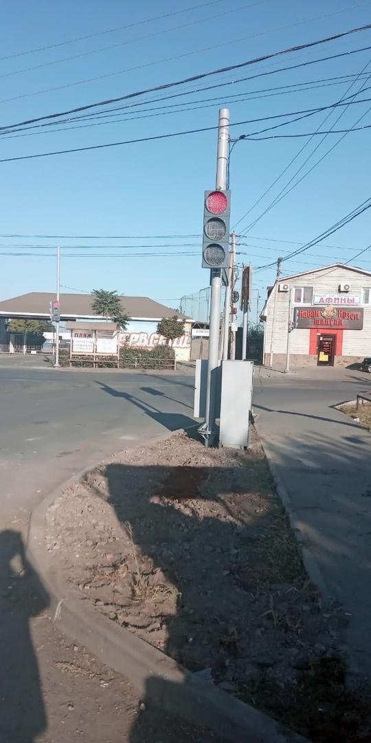 В Таганроге на улице Адмирала Крюйса около пляжа «Елисеевский» установили новый светофор