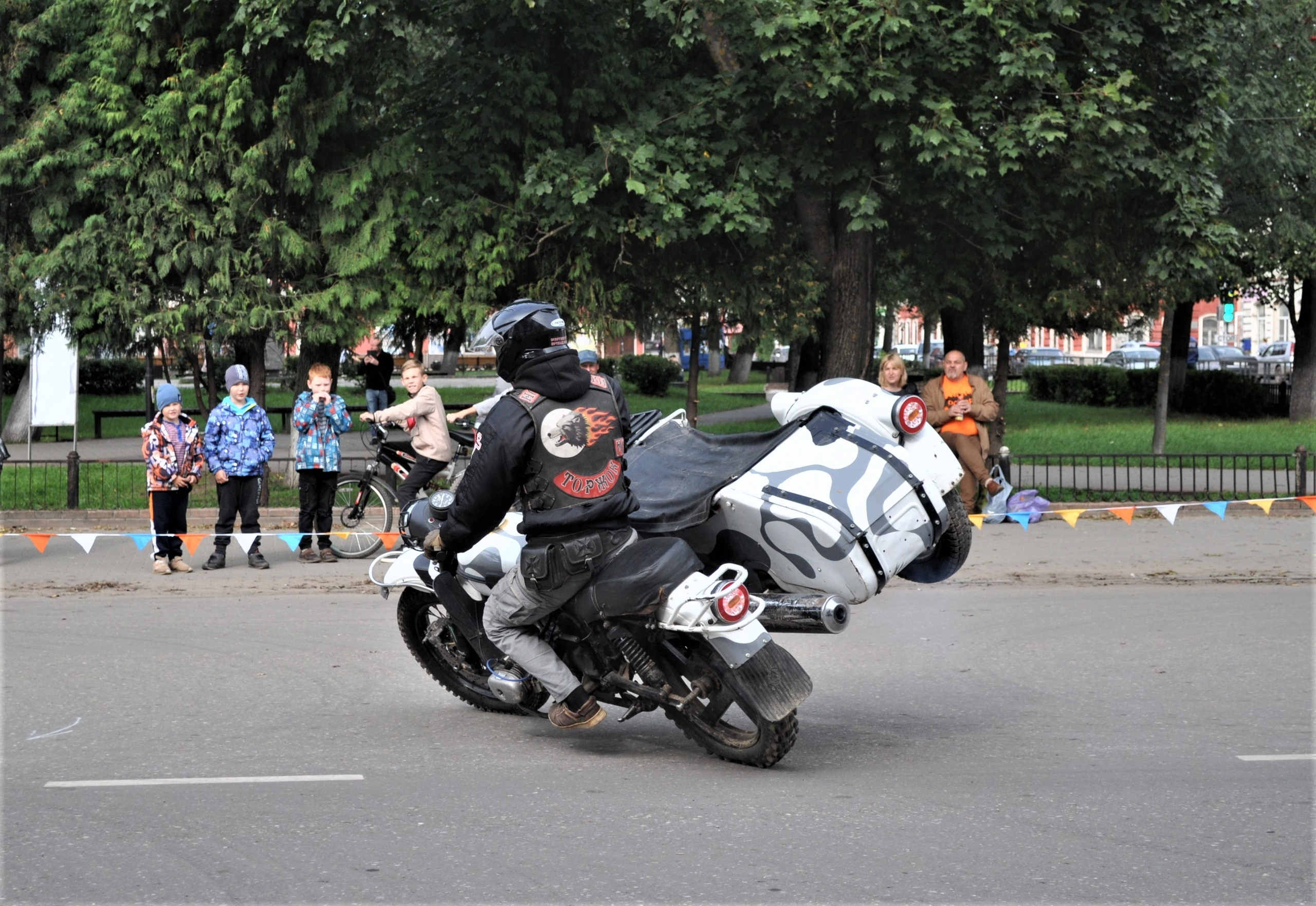 Осень гонкам не помеха: в районе Тверской области прошли соревнования по мотоджимхане