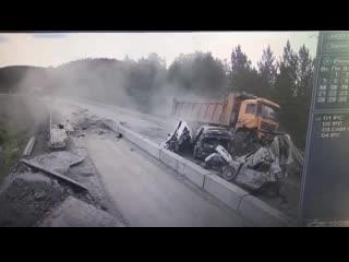 Видео с места смертельного ДТП: грузовик протаранил пять автомобилей под Челябинском