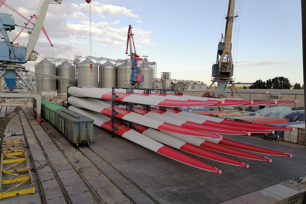 На Азовскую ВЭС из Таганрога доставили комплектующие для ветроустановок