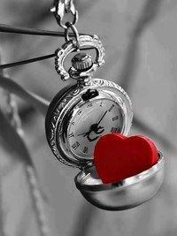 Не встречают единственных дважды. Лишь «люблю» говорят сотни раз.Только в сердце единственно важныйНавсегда остается подчас...Всех подряд не целуют впервые.Сердца трепет нам дарят не