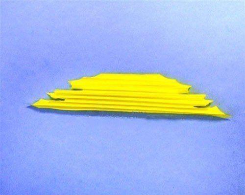 КЛЕНОВЫЙ ЛИСТИК ИЗ БУМАГИ Интересная аппликация осеннего листика с использованием техники оригами.Понадобятся: - цветной картон - двусторонняя цветная бумага - клей ПВА - карандаш шаблон ножницы