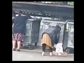 В Казани две женщины засунули девочку в мусорный бак.mp4