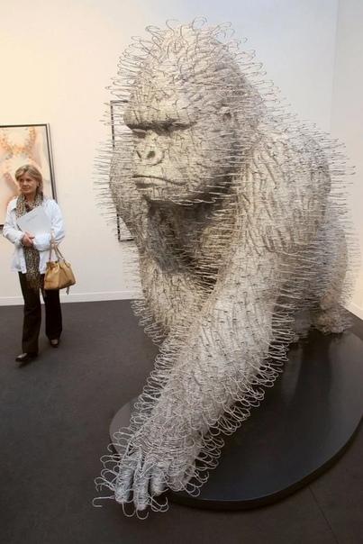 Шотландский скульптор Дэвид Мах (David Mach известен своим нестандартным подходом к выбору материалов. Популярность ему принесли легковоспламеняемые бюсты из спичек. Но это далеко не всё, что