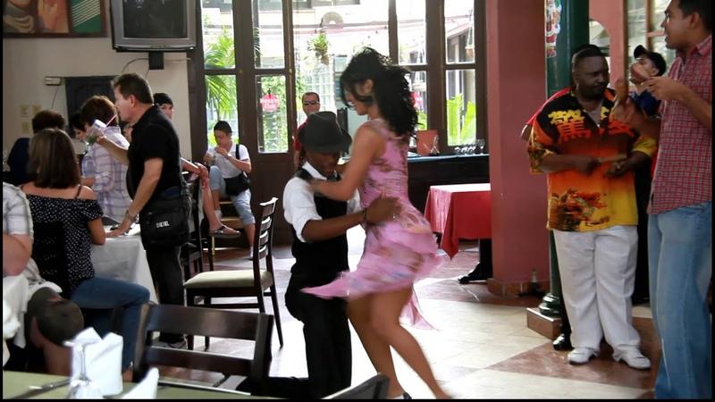 Кубинцы танцуют Сальсу