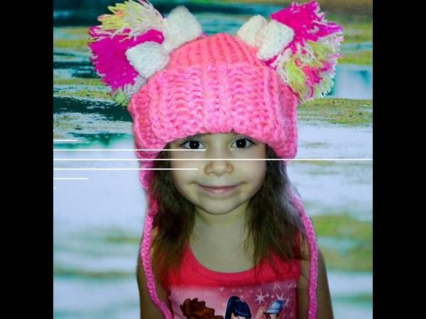 Вязанная объемная шапочка для девочки