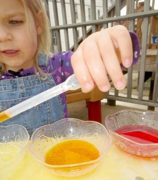 КРАСОЧНЫЙ ЭКСПЕРИМЕНТ 1.детское масло для тела (оно прозрачное,поэтому есть возможность видеть яркие цвета )2.пищевые красители,вода для получения нужного цвета3.пипетки- налейте детское масло в
