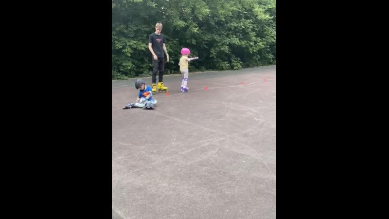 Алиса и Макс учатся кататься на роликах.mp4