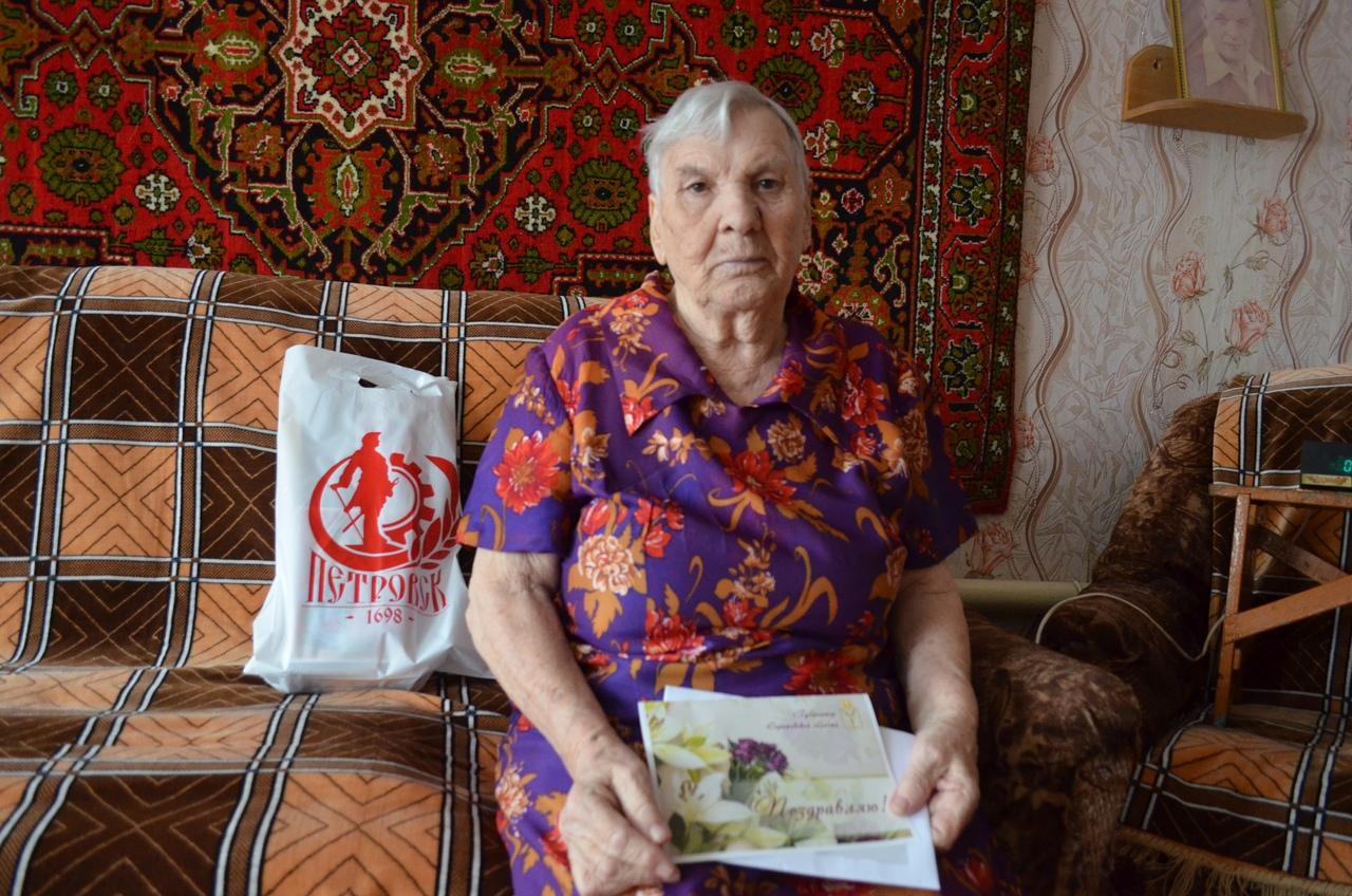 Труженица тыла из Петровска Нина Александровна ЕМЕЛИНА отмечает сегодня 90-летний юбилей