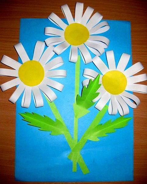 ПОДЕЛКА «РОМАШКИ» Для изготовления ромашек нам понадобятся:цветная бумага;белая бумага;ножницы;клей;линейка;простой карандаш.Пошаговый процесс изготовления:Берем белую бумагу и расчертим на
