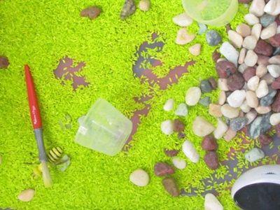СЕНСОРНАЯ КОРОБКА с РИСОМ Для многих игр, описанных в книге «Айсберг на ковре», игровым полем служит сенсорная коробка емкость с любым наполнителем, который только позволяет фантазия. Она дает