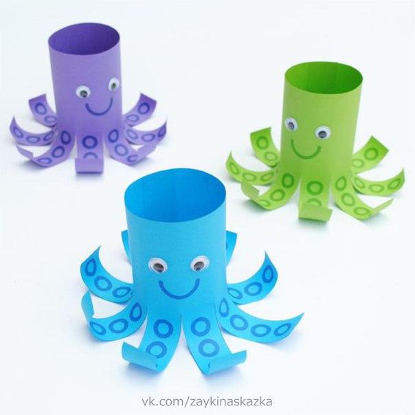 ОСЬМИНОЖКИ Простая поделка для малышей. Учимся вырезать и склеивать.У осьминога много ног,Но ни одной руки.Как на ботинках осьминогЗавяжет сам