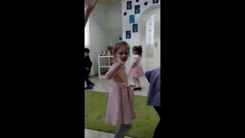 воспитатель в садике зажигает танцами