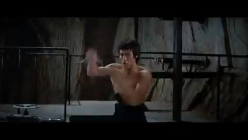Брюс Ли. Знаменитая сцена с нунчаками из фильма _Выход Дракона_ 1973 года. ( 240 X 426 ).mp4