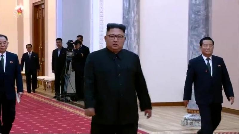 경애하는 최고령도자 김정은동지께서 문재인대통령과 함께 《9월평양공동선언》에 서명하시였다