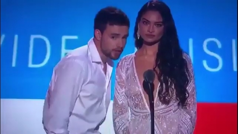 Лиам с Шаниной Шейк вручают награду «Лучшая латинская песня» на премии «MTV Video Music Awards» в Нью-Йорке, 20/08
