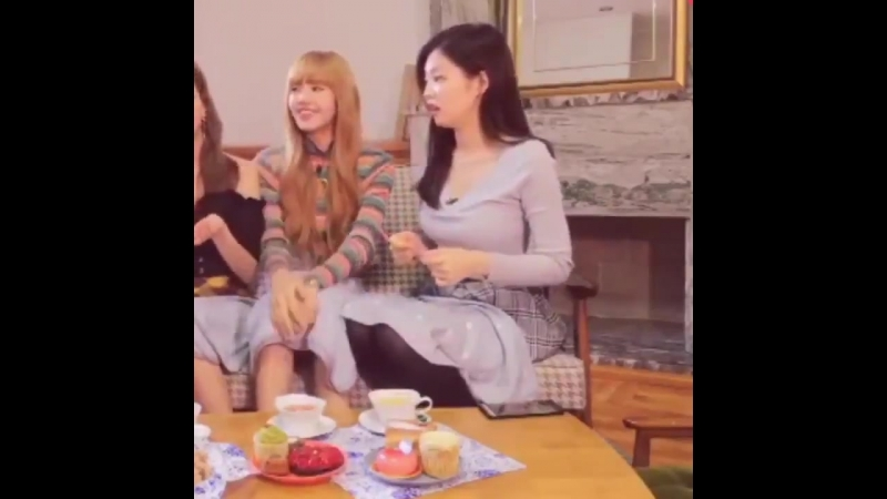 Jennie playing with forks while the other members talk about New York.