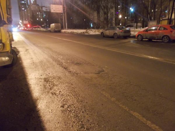 Асфальт отремонтировали на участке дороги на Смольной