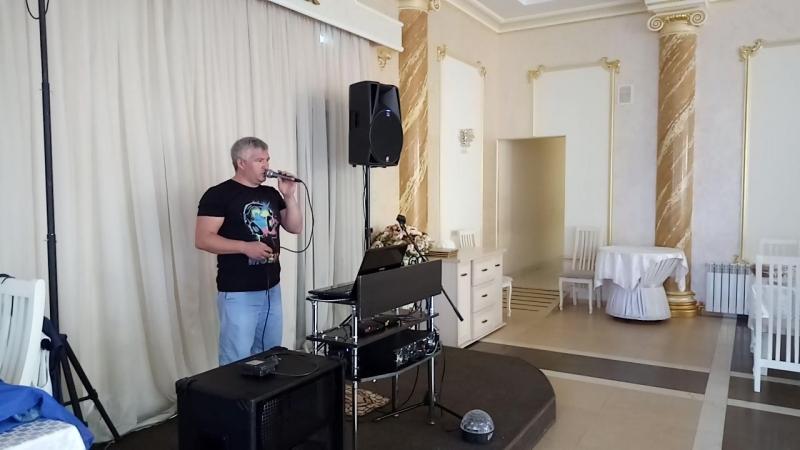 Андрей певец- музыкант) распевается перед праздником)