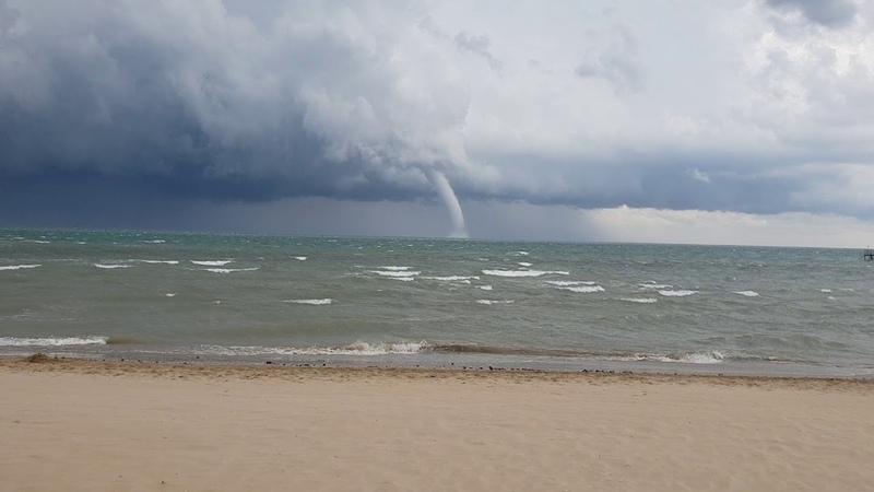 Tromba d'aria marina rimini incredibile.... Incredible sea storm wind in rimini