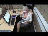 Молодая мамка устроилась на работу в офис - а похотливый начальник хотел ее трахнуть на столе и порвал блузку