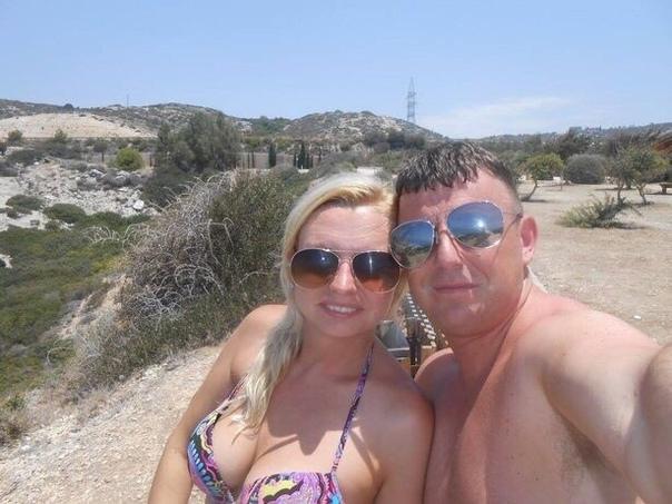 29-летняя Сара Брамли из Великобритании отправила своему бывшему бойфренду Дэвиду Сондерсу фото, на котором делает минет своему новому парню Майклу Лоусону. В результате ревнивец отправился в тюрьму за убийство соперника, а Сара Брамли — за подстрекательс