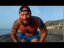 Тренировка на плечи с камнем. Пляж Крыма. Было бы желание, а инвентарь найдется.