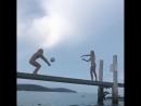 Волейболистки сборной США Николь Ноурс и её сестра Аудрей Ноурс сыграли в волейбол на шатающемся мостике над океаном