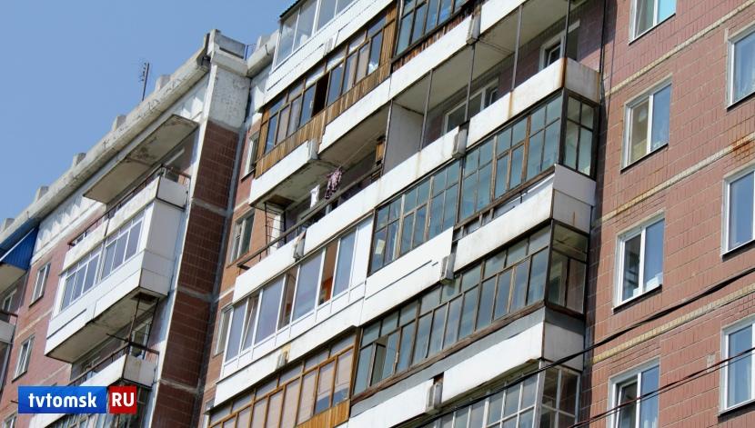 Маленького ребенка спасли из открытого окна многоэтажки в Томске