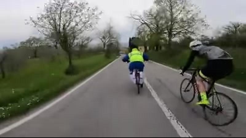 Почтальон-закладчик обгоняет велосипедистов Тур де Франс