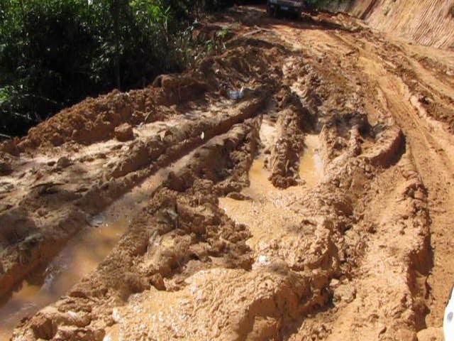 Путь к Лао Бан Чжану по размытой горной дороге в провинции Юньнань.
