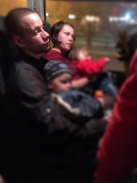 Мать поила маленьких детей пивом на глазах у людей. Случай произошел в Гатчине 27 апреля. 25-летняя Кристина Баранова вместе с супругом Дмитрием и двумя маленькими детьми села в маршрутку. Во