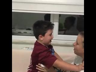 Малыш заплакал, потому что из его клуба ушёл его любимый игрок