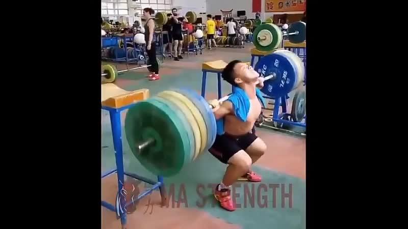 юный спортсмен делает присед 200 кг при собственном весе 62 кг .ysq cgjhncvty ltkftn ghbctl 200 ru ghb cj,cndtyyjv dtct 62 ru