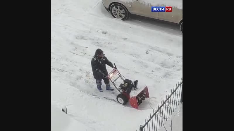 Петербургские коммунальщики подкидывают друг другу снег