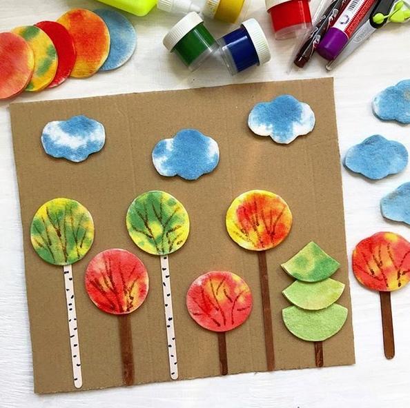 АППЛИКАЦИЯ. Осенний лес из ватных дисков Нам понадобились: - ватные диски, - гуашь (разводим с водой и с помощью пипетки наносим краски на ватные диски), - пипетка, - палочки от мороженого (это