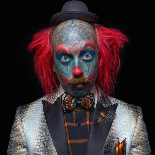 Одержимый клоунами чувак навсегда изменил свою внешность, забив лицо разноцветными тату и вставив импланты С самого детства чувак по имени Ричи был одержим мечтой стать клоуном. Став взрослым,