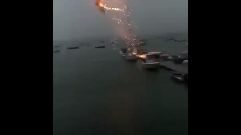 Молния ударила в лодку