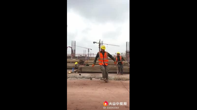 Талант на стройке, китайский строитель классно танцует брейк данс