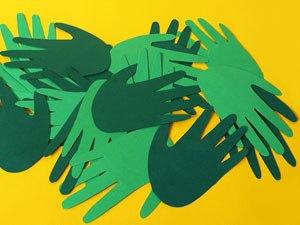 ПОДЕЛКА ИЗ БУМАГИ - НОВОГОДНИЙ ВЕНОК Очень просто можно сделать новогодний венок для оформления интерьера к празднику из цветной бумаги. Подробный мастер класс показан на фото. Для