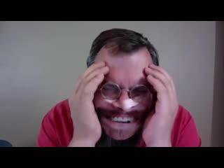 Студенты подарили своему преподу маску, которая выглядит так же, как его лицо. Счастью препода не было предела